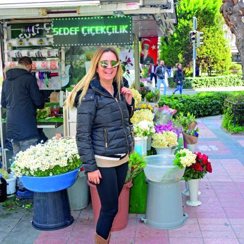 Yazar Özenay Özdinç Reyhan Pastanesi'ne arkadaşlarının yanına gidiyordu.