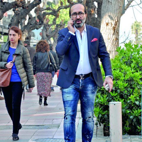 İş adamı Ahmet Yeşilyurt, telefon trafi€indeyken görüntülendi. Yeşilyurt, bir toplantıya katılacağını söyledi.