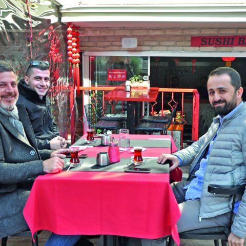 Deniz Kabuğu'nun sahibi Kral Acar, babası Ergün Acar ve Gayda inşaat'ın sahibi Özgür Özcan ile yemek sonrası objektifimize yansıdı.