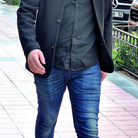 Boğaziçi Restaurant'larının sahibi Berk Kocatoros, arkadaşlarının yanına kafeye gidiyordu.