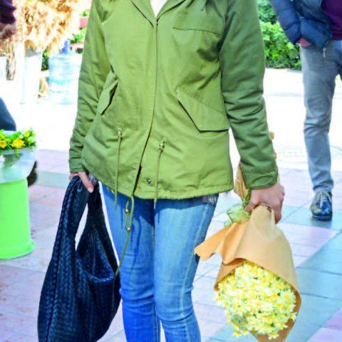 Bir arkadaşının iş yerine giderken çiçek almayı tercih eden Rabia Tekince, daha sonra alış veriş yapacağını söyledi.