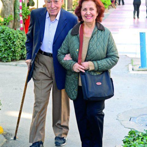 Dr. Nail Ceyhan ile eşi Esin Hanım, öğle yemeklerini dostları ile yemeği tercih etmişler.