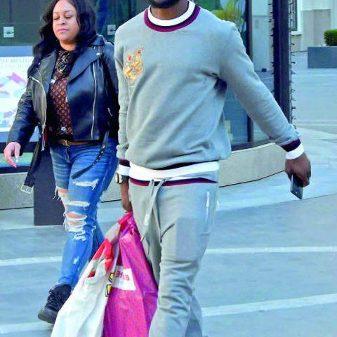 Fenerbahçe'nin yıldız oyuncusu Victor Moses, Emaar'da alışveriş turuna çıktı.