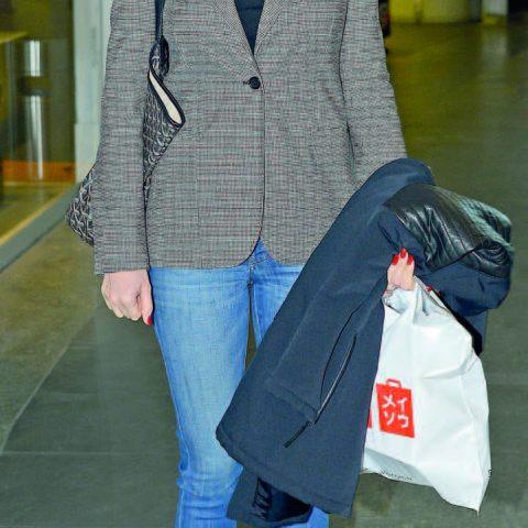 Güzel manken ve sunucu Nefise Karatay, haftaiçi alışveriş için geldiği Kanyon'da objektiflerimize takılan tanıdık simalar arasındaydı .