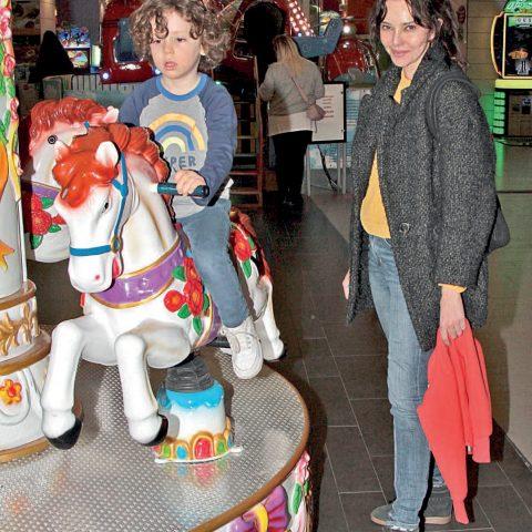 Hande Ataizi, oğlu Aslan Leon ile Trump Alışveriş Merkezi'nin çocuk katında neşeli bir gün geçirdi. Oğlunu çocuk katındaki atlıkarınca, tren, gondol gibi oyuncaklara bindiren ve top havuzuna sokan Ataizi, kendiside onu keyifle izledi.