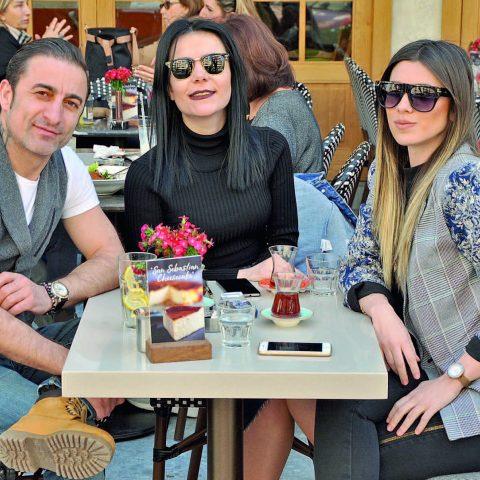 İşletmeci Ersin Özdemir, yakın arkadaşları Derya Hepşen ve  Gökçe Çakır ile Alsancak'ta bir araya geldi.