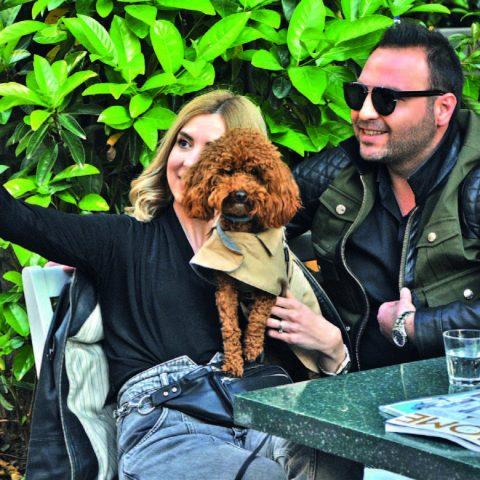 İş adamı Uğur Meydancı, eşi Nuriye Meydancı ve tatlı  köpekleri Mia ile birlikte güneşli havanın keyfini çıkardılar.