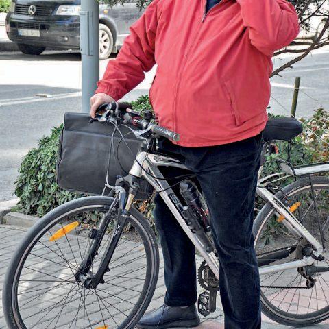 İş adamı Faruk Çakarel şehir içinde yakın mesafeye giderken ulaşımını bisikleti ile sağlıyor.