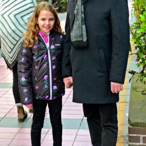 Kızı Eda'yı bir etkinliğe  götüren Gürcan Şen, Alsancak'ta görüntülendi.