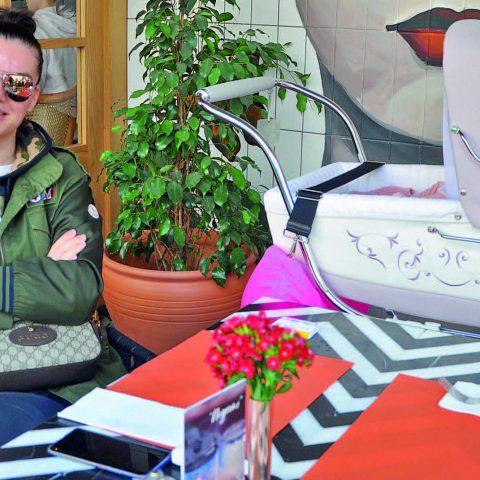 Larina Gülce Kovacıoğlu, %100 Cafe 'de siparişini beklerken görüntülendi.