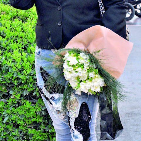 Luxor Ortopedi 'nin sahibi Süheyla Köse, İç  Mimar Lale Somak'ın ofisine giderken çiçek almayı ihmal etmedi.