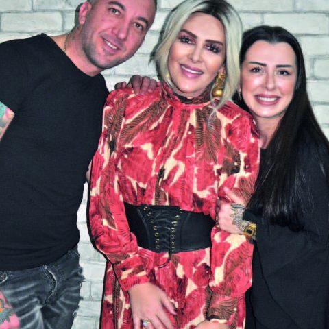 Sosyal medya fenomeni Selin Ciğerci ,bir kokteyle gitmeden önce yakın arkadaşları Serdar-Ceylan Antepli çiftinin sahibi olduğu S&C Kuaför 'de hazırlandı.