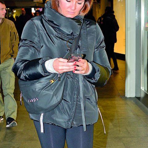 Telefonuna dalmış yürüyen Pınar Altuğ, kısa bir alışveriş turunun ardından merkezden ayrıldı.