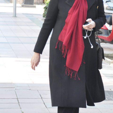 Yaşar Holding Yönetim Kurulu Başkan Vekili İdil Yiğitbaşı toplantı öncesi hızlı adımlarla Alsancak'ta yürüyordu