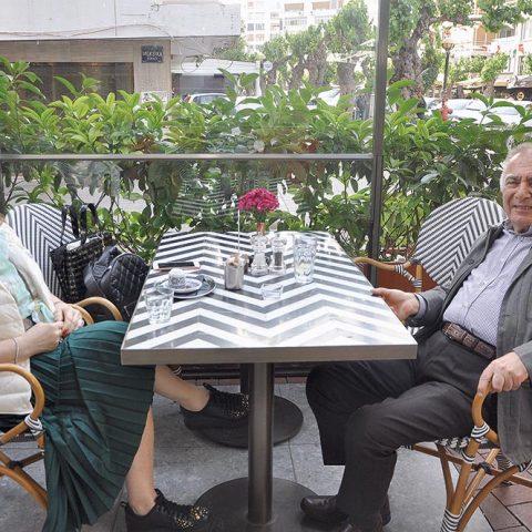 Cratos Premium Hotel'in sahibi Utku Bozoğlu, eşi Ayla Hanım ile %100 Cafe'de yemek sonrası görüntülendi.