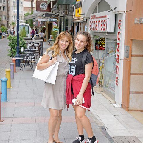 Derya Kızak kızı Ela ile Alsancak'ta objektifimize yansıdı.
