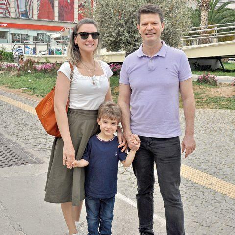 Diş Hekimi Uğur Bilkay Eşi Aslı hanım  ve oğlu Yiğit ile Konak Pier'e akşam yemeğine gidiyordu.