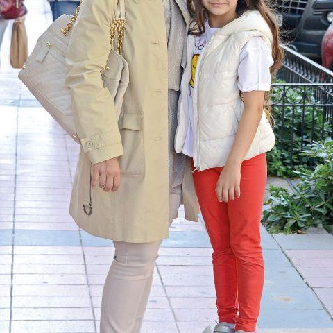 Ebru Abay kızı Selin ile alışveriş öncesi objektifimize yansıdı.