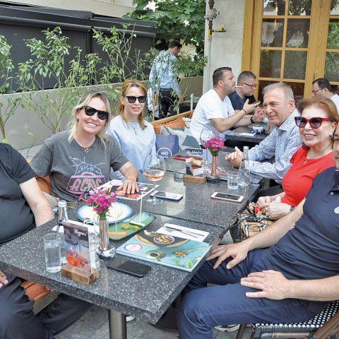 İş adamı  sahibi Utku Bozoğlu eşi Ayla hanım oğlu Kemal,gelini Burcu hanım ve aile dostları Metebronz mobilyanın sahibi Fahri Tunç eşi Sibel hanım ile %100 cafede bir araya geldi.