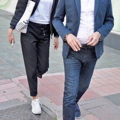 İzmir Özel Türk Koleji Yönetim Kurulu Üyesi Bahattin Tatış, eşi Projekt Mimarlık'ın sahibi Başak Tatış ile akşam yemeğine gidiyordu.