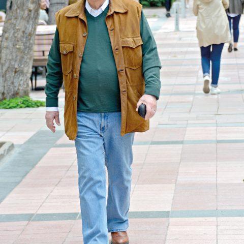 Ressam Çetin Erokay arkadaşının sergi açılışına gidiyordu.