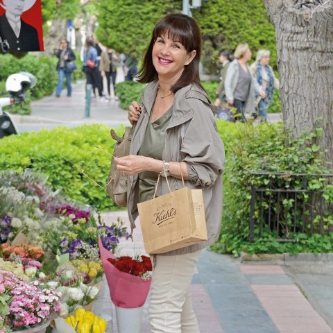 Valerie Sağel, arkadaşına giderken çiçek almayı ihmal etmedi.