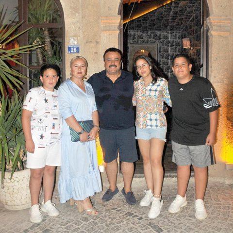 Sevilen sanatçı Bülent Serttaş, ailesiyle birlikte tatil için Alaçatı'yı seçti. Serttaş, Hammam'da akşam yemeği öncesi ailesiyle görüntülendi.