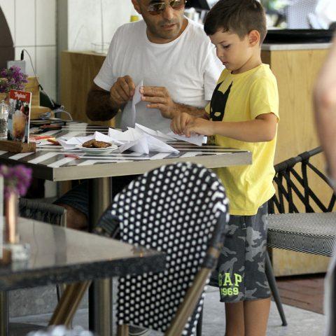 Ünlü oyuncu Alper Kul, kendisi gibi oyuncu olan eşi Aylin Kontente ve oğlu Arel Kul ile geldiği İzmir'de, %100 Rest Cafe & More Alsancak'ta görüntülendi. Alper Kul, eşi gelinceye kadar oğlu Arel'le birlikte kağıttan uçaklar yaptı.