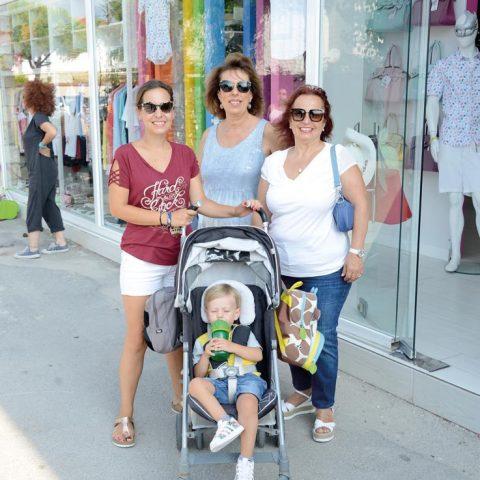 Ceren Yavuz, oğlu Mert, annesi Saniye Sertdemir ve Sibel Karaveli ile Alaçatı turu yaptı.