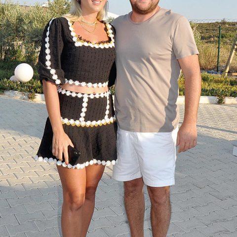 İş adamı Volkan Akçıray, eşi Zeynep Hanım ile Spiaggia Grande'ye girerken objektifimize yansıdı.