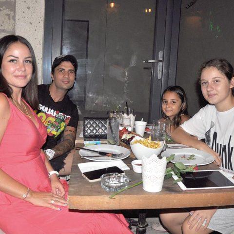 Alessandro By Suna Yurdakul'un sahibi Suna Yurdakul, DJ eşi Berke Yurdakul ve çocukları Ceyda-Ceylin ile keyifli bir yemekte objektifimize yansıdı.