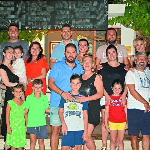 Çeşme'nin önde gelen Buldan, Doyum, İlleez, Baş, Tetik ve Akkoyunlu aileleri, Arinnanda Otel'de ailecek keyifli bir akşamda bir araya geldiler. Ortaya çok keyifli bir tablo çıktı.