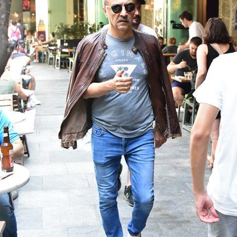 Oyunculuğu ve yapımcılığı ile sinema sektörünün önde gelen isimlerinden Yılmaz Erdoğan, Bodrum'da sürdürdüğü hayatı ile biliniyor. Bir iş toplantısı için İstanbul'a gelen Yılmaz, Kanyon'daydı.