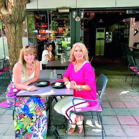 Cemiyet dünyasının ünlü siması Gülşah Spielmann, tatilini bitirip İsviçre'ye dönmeden önce İzmir'in tanınan ve sevilen iş kadını Esra Eroğlu ile Alsancak'ta kahve içmeyi ihmal etmedi