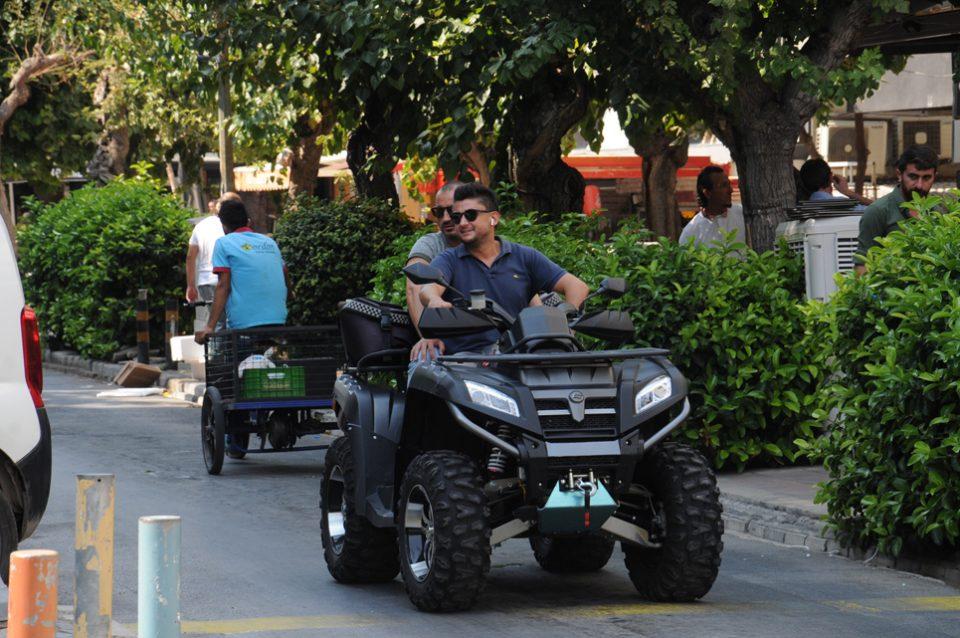İş adamları Cihan Şekerci ve Özer Turfandacı kısa mesafelerde atv kullanmayı tercih ediyor.