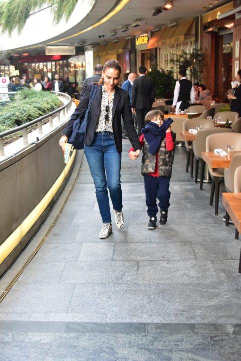 Güzel oyuncu ve sunucu Ebru Akel Sancak, oğlu Eren ile birlikte Kanyon Alışveriş Merkezi'nde rastladığımız tanınmış isimler arasındaydı.