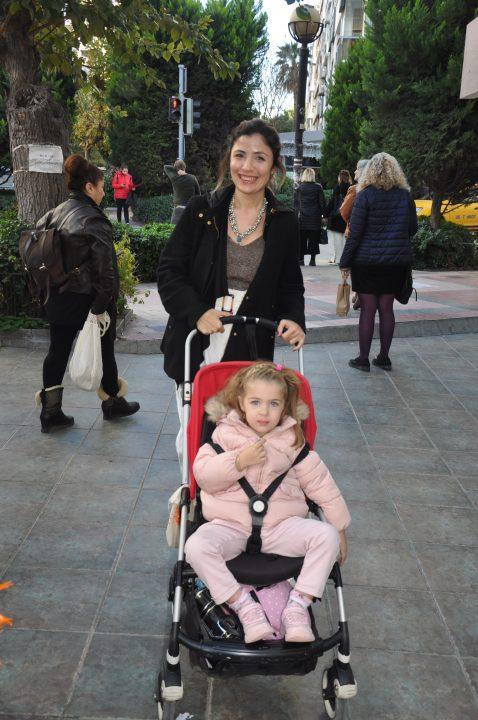 Doktor Diyetisyen Meltem Yaman Onmuş, tatlı kızı Irmak ile Alsancak'ta görüntülendi.