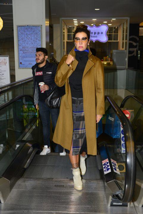 Ünlü şarkıcı Sıla, önümüzdeki konserleri için alışveriş turu kapsamında Kanyon Alışveriş Merkezi'nde objektiflere yansıdı.